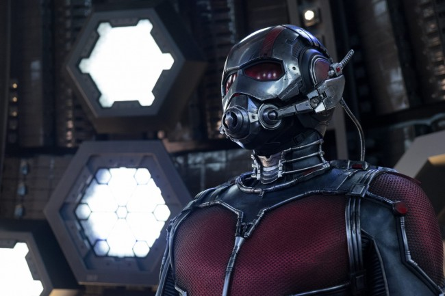 영화 '앤트맨'에는 개미만한 크기로 몸을 줄였다가 다시 늘리고, 생각만으로 개미군단을 조정하는 히어로 앤트맨이 등장한다. - 월트 디즈니 컴퍼니 코리아 제공